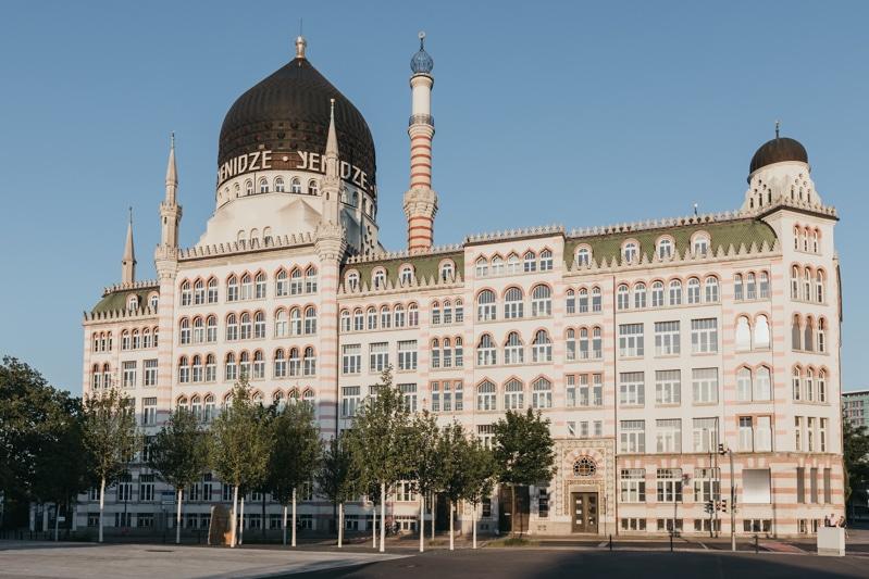 Städtereise Dresden – Sehenswürdigkeiten die du nicht verpassen solltest: Besuch des Kuppelrestaurant der alten Zigarettenfabrik Yenidze mit dem höchstgelegenen Biergarten Dresdens.
