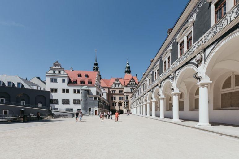 Städtereise Dresden Sehenswürdigkeiten - Der Stallhof gehört zum Residenzschloss und war einst Schauplatz für große Reitturniere. Er gilt als einer der ältesten in der originalen Ausgestaltung erhaltenen Turnierplätze der Welt.