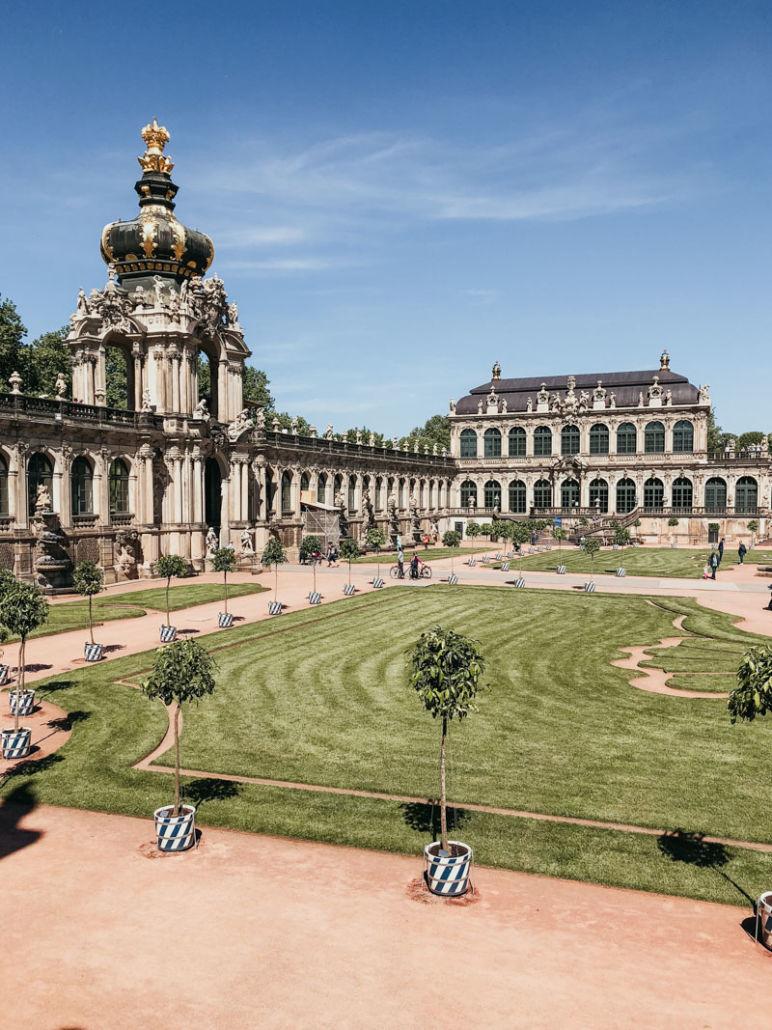 Städtereise Dresden Sehenswürdigkeiten - Die Gartenanlage und das Kronentor des Dresdner Zwinger.