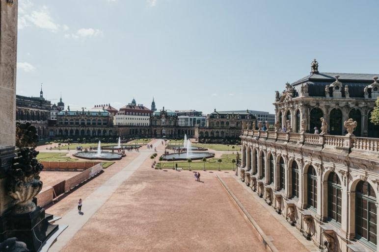 Städtereise Dresden Sehenswürdigkeiten - Der Dresdner Zwinger mit Blick auf die Gartenanlage mit Brunnen vom Wallpavillon aus.