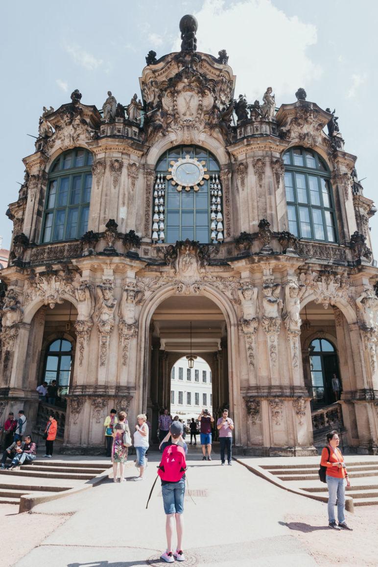 Städtereise Dresden Sehenswürdigkeiten - Der Stadt- oder Glockenspielpavillon im Dresdner Zwinger mit Uhr und einem Glockenspiel aus Meißner Porzellan.