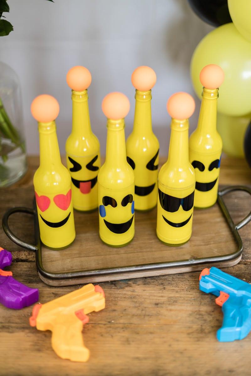 Emoji DIY Geburtstagsparty Ideen für Outdoor Spiele zum selber machen - Emoji Zielschießen mit Wasserpistole auf Tischtennisbälle für Kindergeburtstag