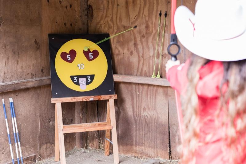 Emoji DIY Geburtstagsparty Ideen für Outdoor Spiele zum selber machen - Emoji Pfeil und Bogen schiessen für Kindergeburtstag