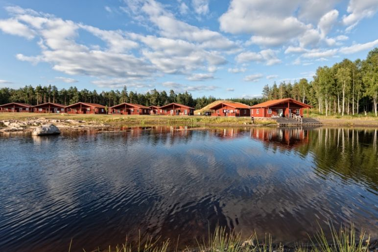 Skandinavien Roadtrip: 3 coole Familienspots in Smaland, Schweden - Kosta Lodge - Ferienanlage mit 2 Pool, Angel-See, Sauna sowie gemütlichem Restaurant & Bar im Glasreich Smaland.