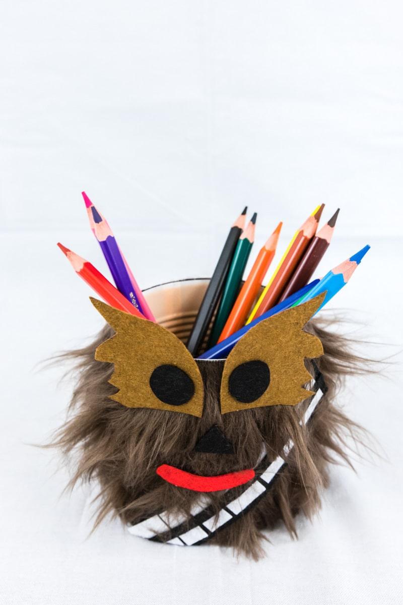 STAR WARS Schultüte basteln Chewbacca - eine DIY Idee zu Einschulung und Schulanfang | mit Schritt für Schritt Anleitung zum einfachen Basteln mit Kindern | Eine Idee des MrsBerry DIY-Blog | Aus den Fellresten wird dieser hübsche Stiftehalter gebastelt.