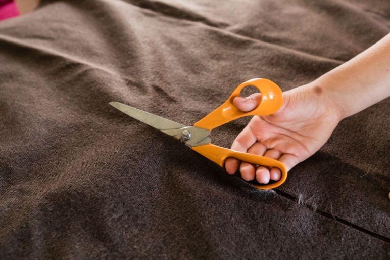 STAR WARS Schultüte basteln Chewbacca - eine DIY Idee zu Einschulung und Schulanfang | mit Schritt für Schritt Anleitung zum einfachen Basteln mit Kindern | Eine Idee des MrsBerry DIY-Blog | Fellstoff zurecht schneiden