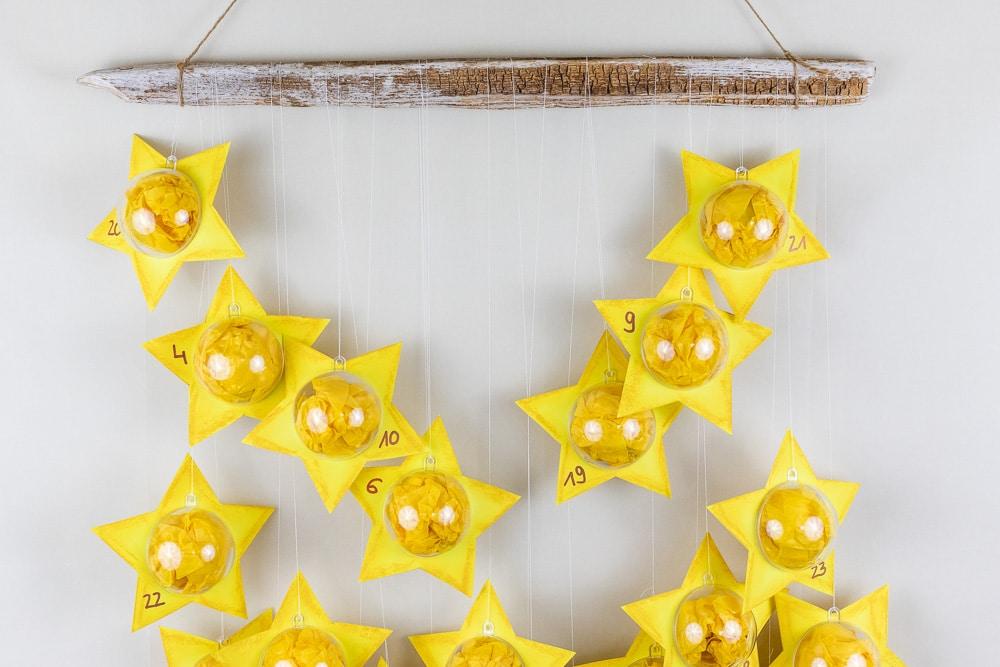 DIY Adventskalender - Sterne aus Acrylkugeln basteln: diesen Adventskalender zum selber machen kannst du ganz individuell befüllen und die Acrylkugeln sind immer wieder verwendbar. In der Anleitung zeige ich dir Schritt für Schritt wie du diesen hübschen DIY Adventskalender selber basteln kannst. Ein toller Adventskalender für Kinder!