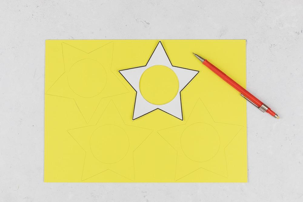 DIY Adventskalender - Sterne aus Acrylkugeln basteln: diesen Adventskalender zum selber machen kannst du ganz individuell befüllen und die Acrylkugeln sind immer wieder verwendbar. In der Anleitung zeige ich dir Schritt für Schritt wie du diesen hübschen DIY Adventskalender selber basteln kannst. Ein toller Adventskalender für Kinder! |Step: Kostenlose Vorlage herunterladen und übertragen.