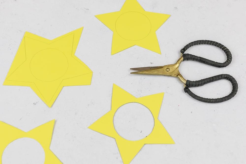 DIY Adventskalender - Sterne aus Acrylkugeln basteln: diesen Adventskalender zum selber machen kannst du ganz individuell befüllen und die Acrylkugeln sind immer wieder verwendbar. In der Anleitung zeige ich dir Schritt für Schritt wie du diesen hübschen DIY Adventskalender selber basteln kannst. Ein toller Adventskalender für Kinder! | Step: Sterne für den Adventskalender ausschneiden.