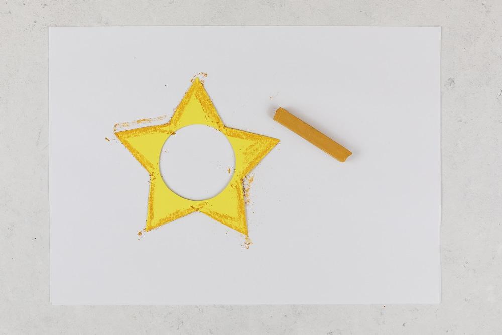 DIY Adventskalender - Sterne aus Acrylkugeln basteln: diesen Adventskalender zum selber machen kannst du ganz individuell befüllen und die Acrylkugeln sind immer wieder verwendbar. In der Anleitung zeige ich dir Schritt für Schritt wie du diesen hübschen DIY Adventskalender selber basteln kannst. Ein toller Adventskalender für Kinder! | Step: Mit Pastellkreide dem Stern mehr Dimensionalität geben.