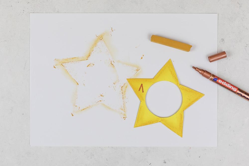 DIY Adventskalender - Sterne aus Acrylkugeln basteln: diesen Adventskalender zum selber machen kannst du ganz individuell befüllen und die Acrylkugeln sind immer wieder verwendbar. In der Anleitung zeige ich dir Schritt für Schritt wie du diesen hübschen DIY Adventskalender selber basteln kannst. Ein toller Adventskalender für Kinder! | Adventskalender Sterne mit Zahlen 1 bis 24 beschriften.