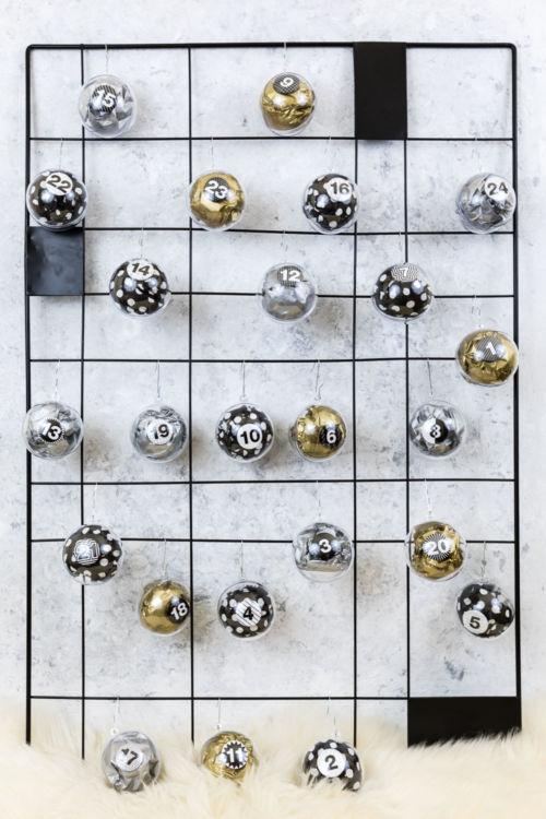 DIY: Adventskalender basteln aus Acrylkugeln
