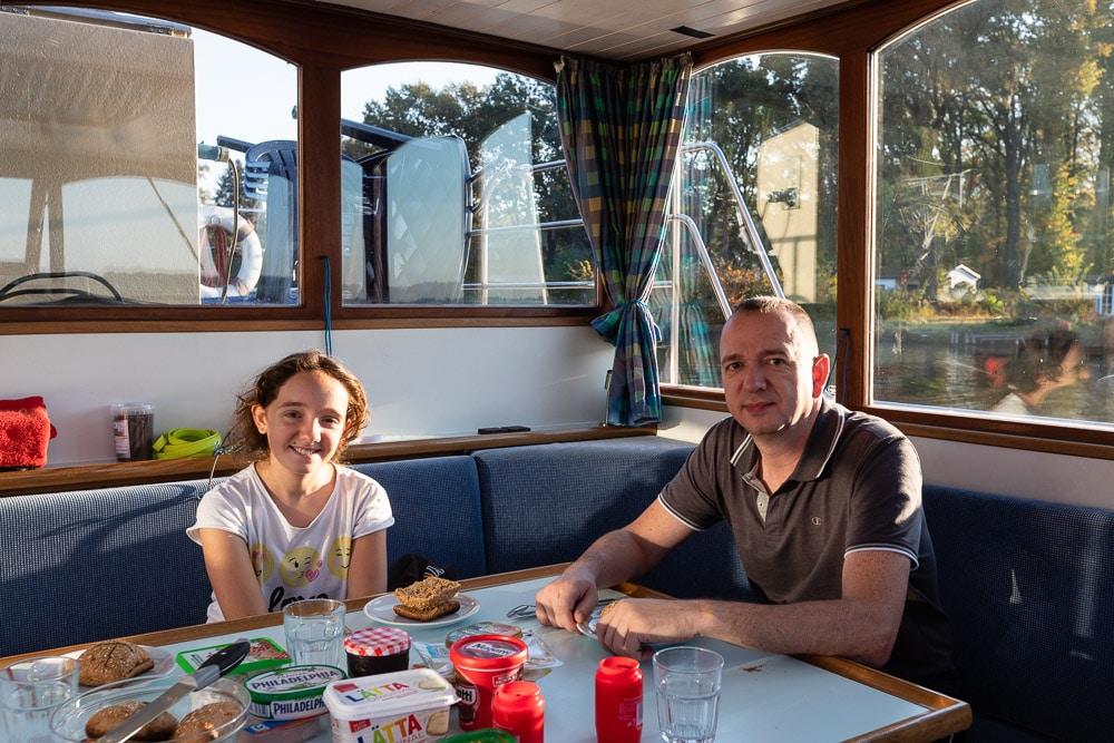 Seenland Brandenburg: Familienurlaub zu Wasser - im Hausboot über die Seen in Brandenburg. Alles unsere Bootsferien mit dem Hausboot und unsere Route vom Krüpelsee über die Dahme zum Langer See, Wolkiger See, Großer Storkower See bis hin zum Scharmützelsee. || Unser Hausboot von Kuhnle Tours von innen.