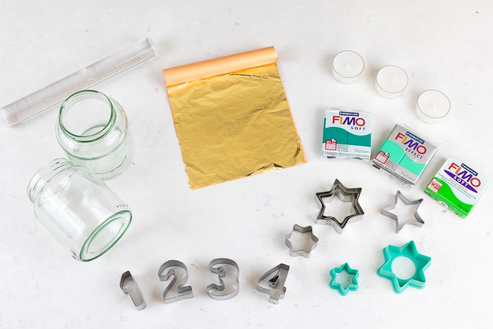 DIY Adventskranz aus Fimo und Altglas selber machen - ein kreatives Upcycling Projekt und eine tolle Weihnachtsdeko zum Basteln mit Kindern: dieses Material brauchst du für das DIY