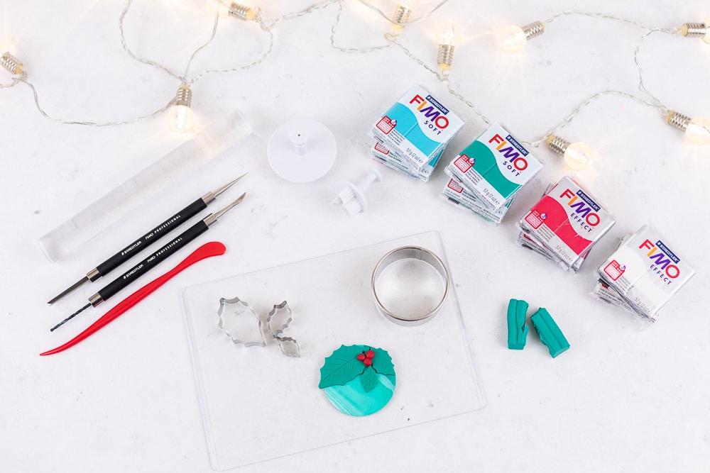 Kreative DIY Geschenkanhänger aus Fimo - eine tolle Idee zum Weihnachtsdeko selbermachen und zum Basteln mit Kindern an Weihnachten: die Schritt für Schritt Anleitung findest du auf dem MrsBerry.de Blog | Alle DIY Materialien im Überblick.