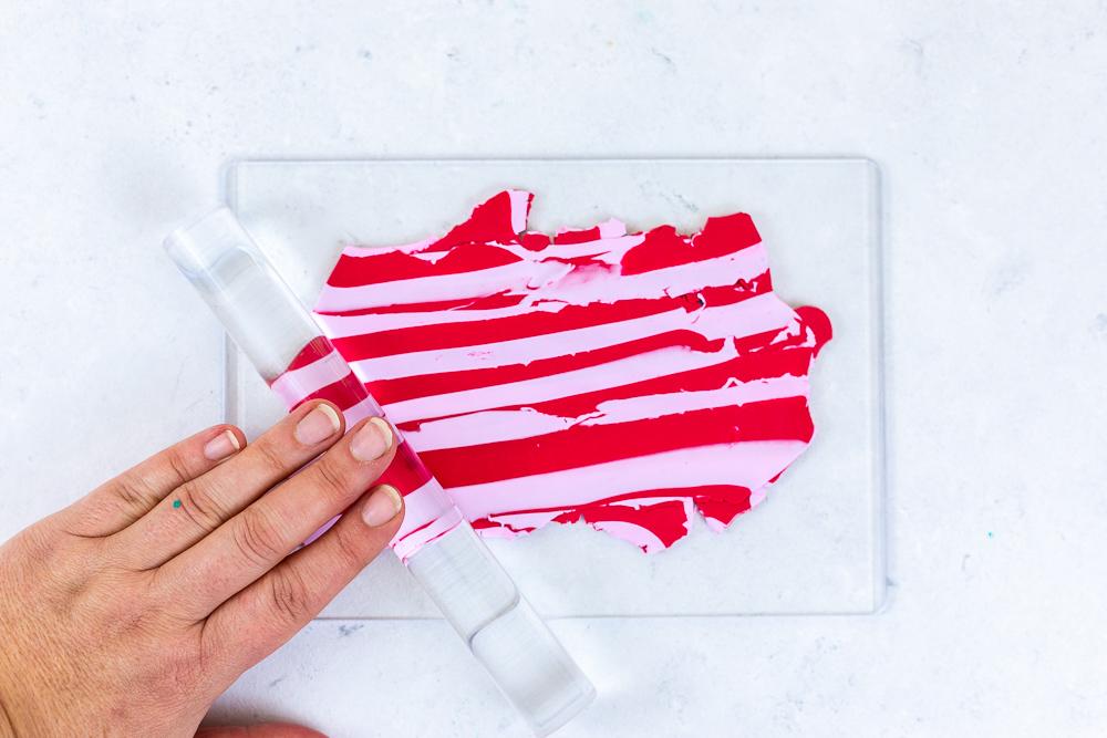 Geschenke verpacken - Weihnachtsgeschenke beschriften mit Fimo. Diese tolle DIY Geschenkidee verwendet deine Geschenke im Handumdrehen in wunderschöne Unikate. Dieses DIY eignet sich perfekt zum Basteln mit Kindern an Weihnachten: die Schritt für Schritt Anleitung findest du auf dem MrsBerry.de Blog