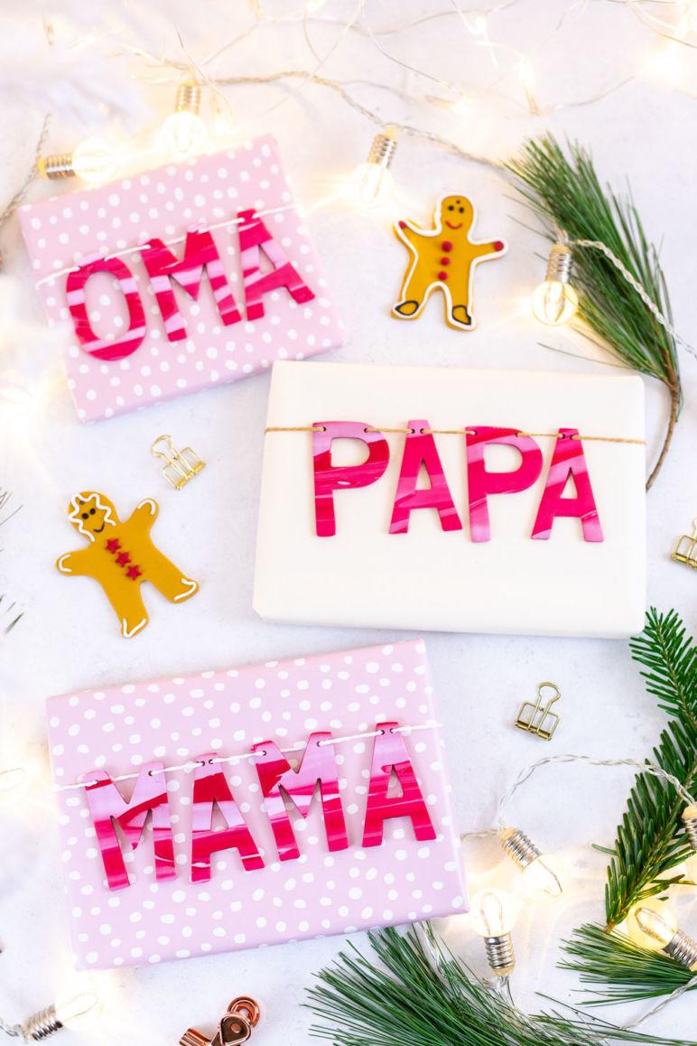 Geschenke verpacken - Weihnachtsgeschenke beschriften mit Fimo. Diese tolle DIY Geschenkidee verwandelt deine Geschenke im Handumdrehen in wunderschöne Unikate. Dieses DIY eignet sich perfekt zum Basteln mit Kindern an Weihnachten: die Schritt für Schritt Anleitung findest du auf dem MrsBerry.de Blog