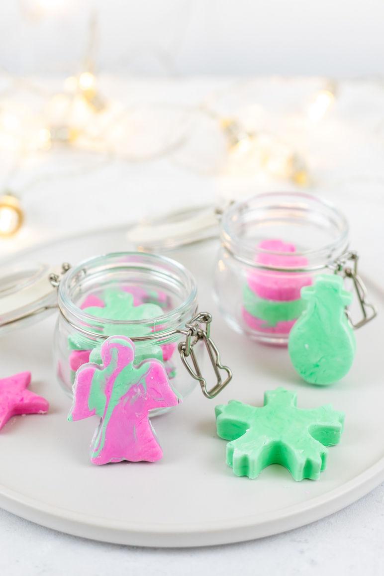 Last Minute Geschenkidee - DIY Knetseife als Weihnachtsgeschenk selber machen. Aus nur drei Grundzutaten kannst du ein individuelles und persönliches Last Minute Geschenk zu Weihnachten zaubern, dass nicht nur Kinderherzen begeistern wird. Die Schritt für Schritt Anleitung für die Knetseife findest du auf dem MrsBerry.de Blog.