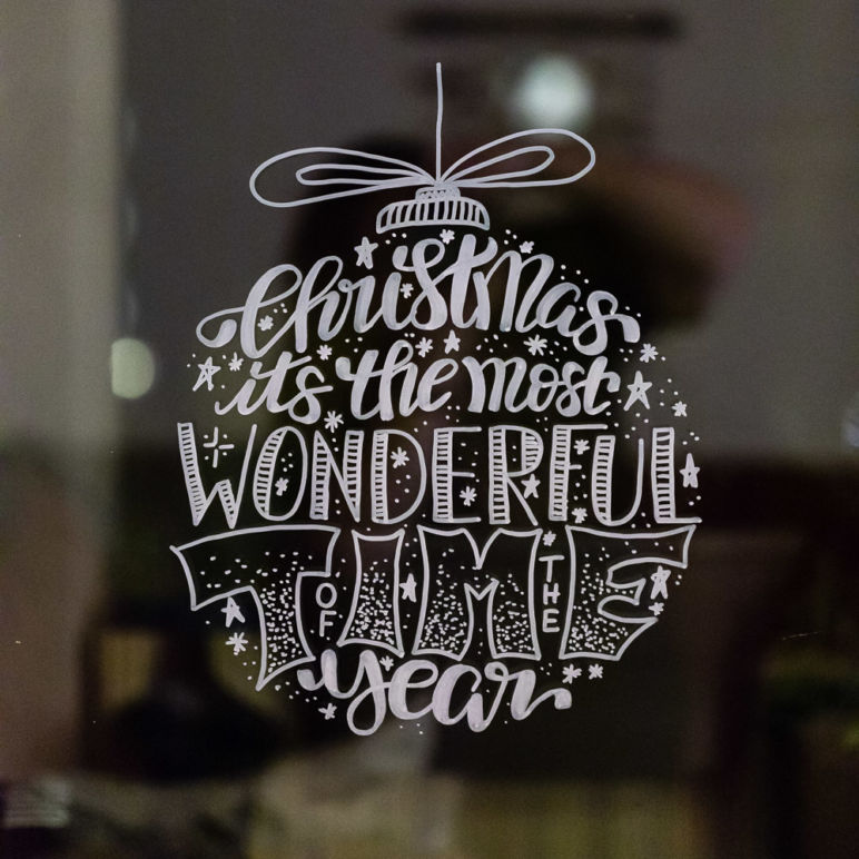 Lettering Weihnachtskugeln als Fensterbilder Vorlage zum kostenlosen Download - Christmas Its The Most Wonderful Time Of The Year Lettering