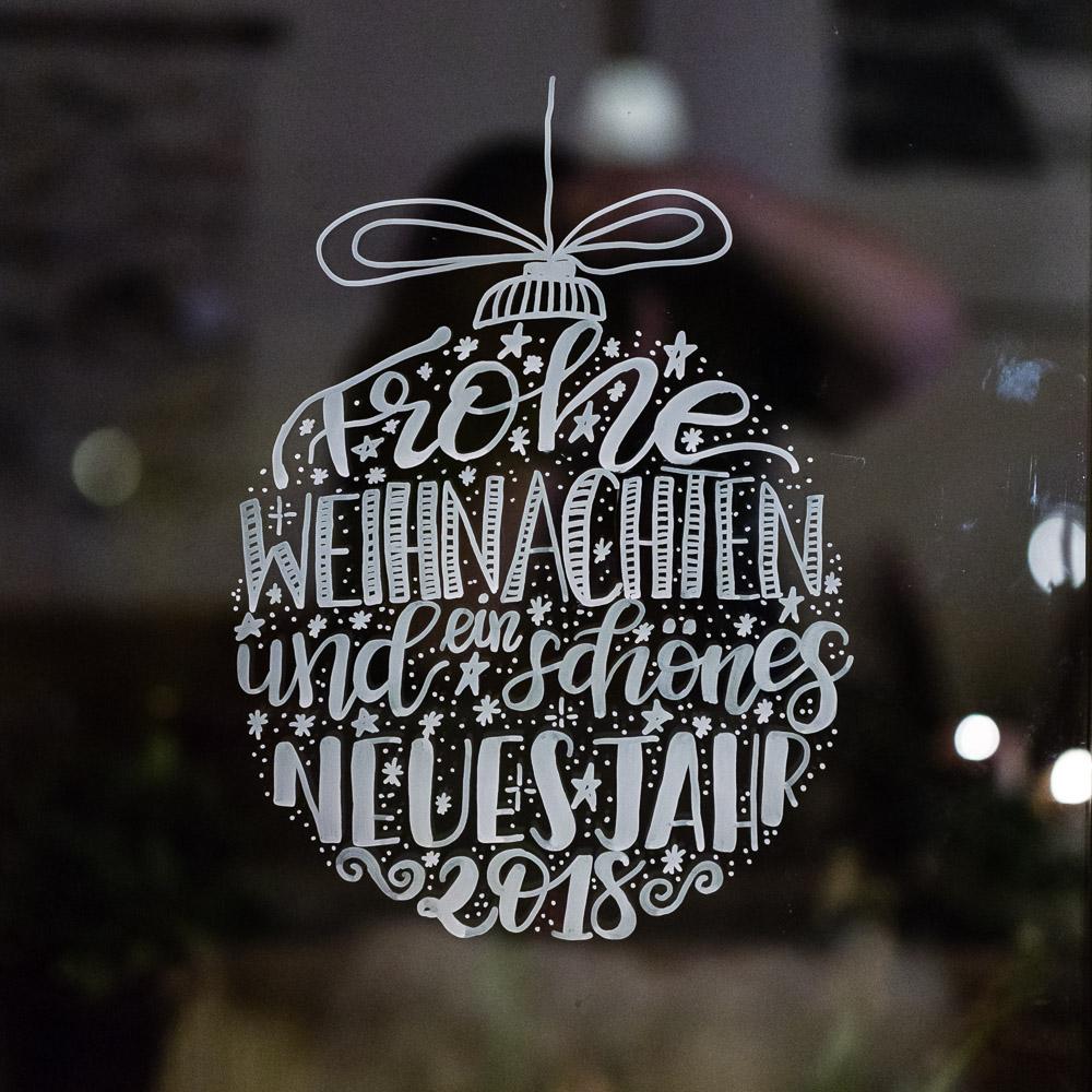 Lettering Weihnachtskugeln als Fensterbilder Vorlage zum kostenlosen Download - Frohe Weihnachten Und Ein Schönes Neues Jahr 2019 Lettering