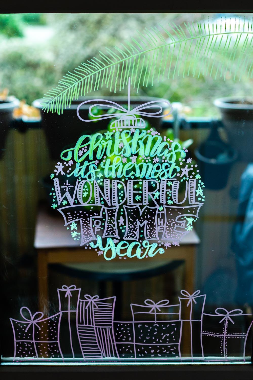 Lettering Weihnachtskugeln als Fensterbilder Vorlage zum kostenlosen Download - Wishing You A Merry Christmas And Happy New Year Lettering