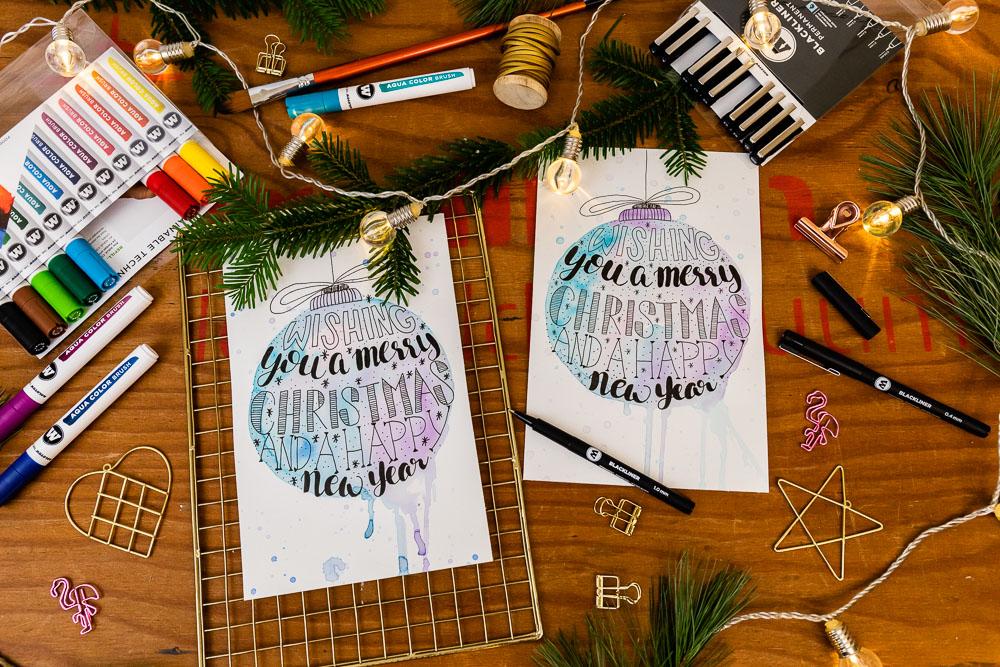 Anleitung für Lettering Weihnachtskugel Watercolor - Mit der kostenlosen Vorlage zum Download kannst du die Lettering Weihnachtskugel ganz einfach selbst nachzeichen. Ich zeige dir, wie du die Lettering Kugel mit Faux Calligraphy erstellen kannst und mit Brush Pens einen Watercolor Look versehen kannst - inkl. Video.