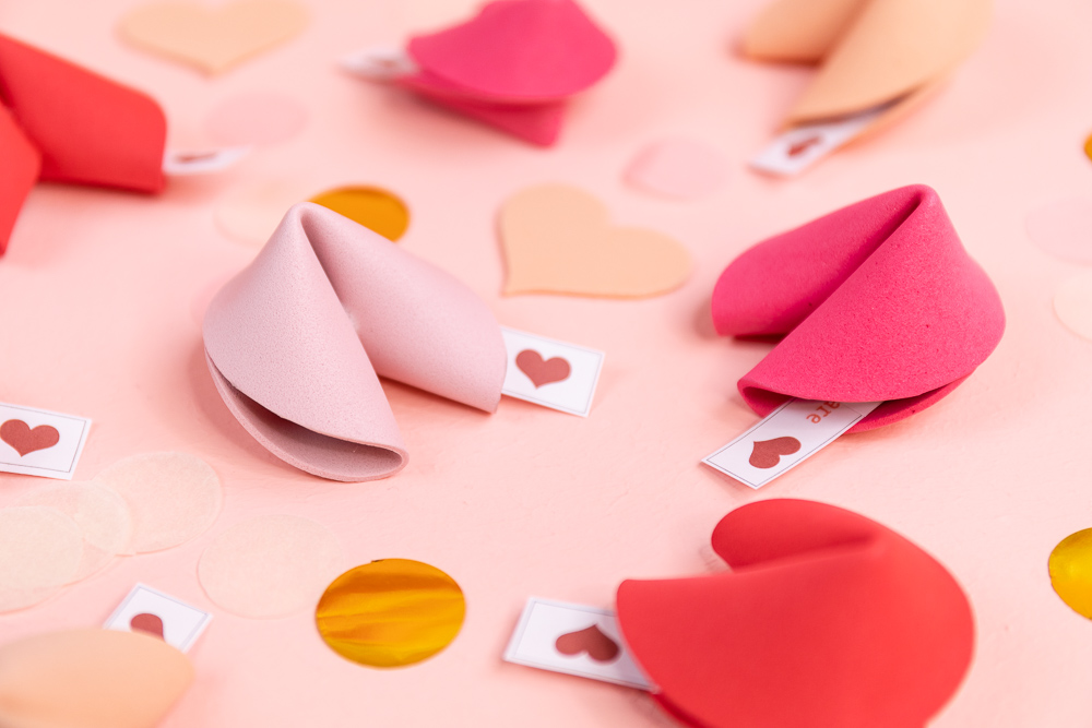 Anleitung zum DIY Glückskekse basteln - Mit der kostenlosen Vorlage und Video Anleitung kannst du Glückskekse selber machen. Ich zeige dir Schritt für Schritt wie du die Glückskekse als Geschenkidee zu Valentinstag, Muttertag oder Geburtstag herstellen kannst. Inklusive kostenlosem Printable mit liebevollen Sprüchen zum Valentinstag.