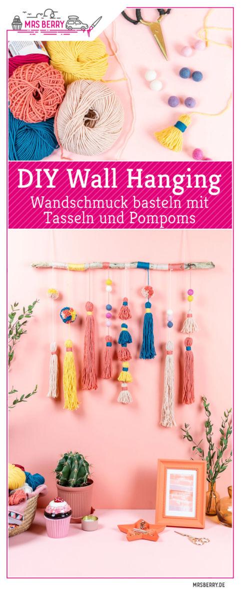 Ein Wandschmuck mit Tasseln und Pompoms bringt Gemütlichkeit in dein Zuhause. Ich zeige dir wie du diesen hübschen DIY Wall Hanging selber machen kannst. Farblich kannst du den Wandbehang nach deinen Wünschen anpassen und mit mehr oder weniger Tassen kannst du den Wall Hanging dichter oder luftiger gestalten. Mit Schritt für Schritt Anleitung für den Wandbehang im MrsBerry.de Blog.