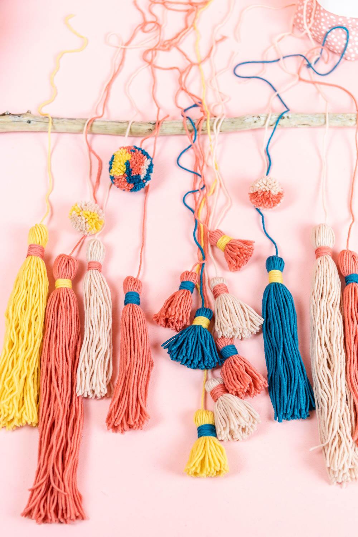DIY Wallhanger - Wandschmuck mit Tasseln und Pompoms basteln - mit Schritt für Schritt Anleitung im MrsBerry.de Blog wie du deinen Wallhanger selber machen kannst.