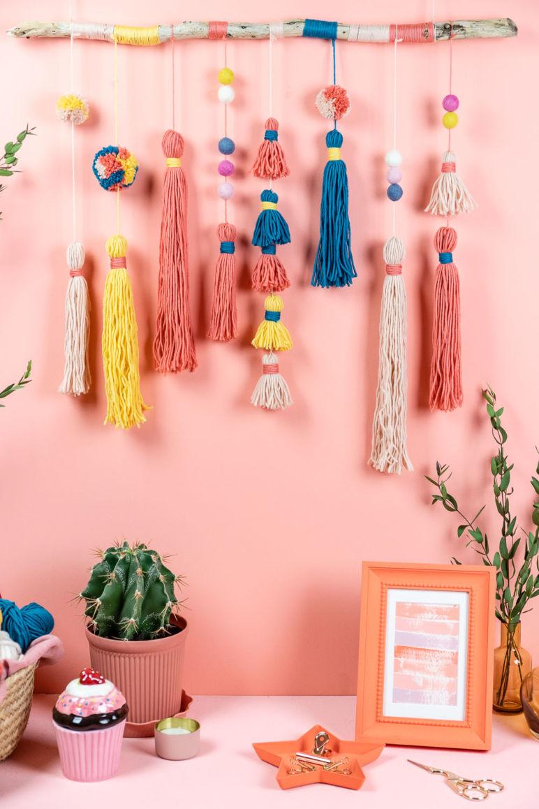 DIY Wall Hanging - Wandschmuck mit Tasseln und Pompoms basteln - mit Schritt für Schritt Anleitung im MrsBerry.de Blog wie du deinen Wandbehang selber machen kannst.