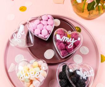 Valentinstag DIY - zuckersüße Acrylherzen mit Lettering Botschaft - Ich zeige dir wie du diese DIY ruck zuck umsetzen kannst. Manchmal braucht es keine teuren Geschenke und große Gesten, um Zuneigung und Liebe auszudrücken.