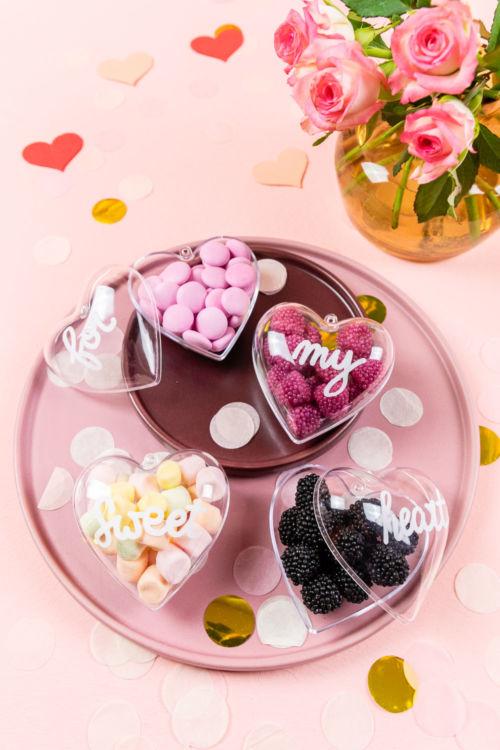 Valentinstag DIY – zuckersüße Acrylherzen mit Lettering Botschaft