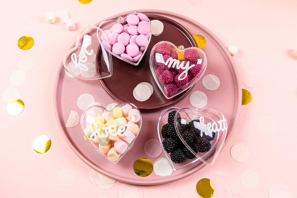 Valentinstag DIY - zuckersüße Acrylherzen mit Lettering Botschaft - Ich zeige dir wie du diese DIY ruck zuck umsetzen kannst. Manchmal brauch es keine großen Worte und Gesten, um Zuneigung und Liebe auszudrücken.
