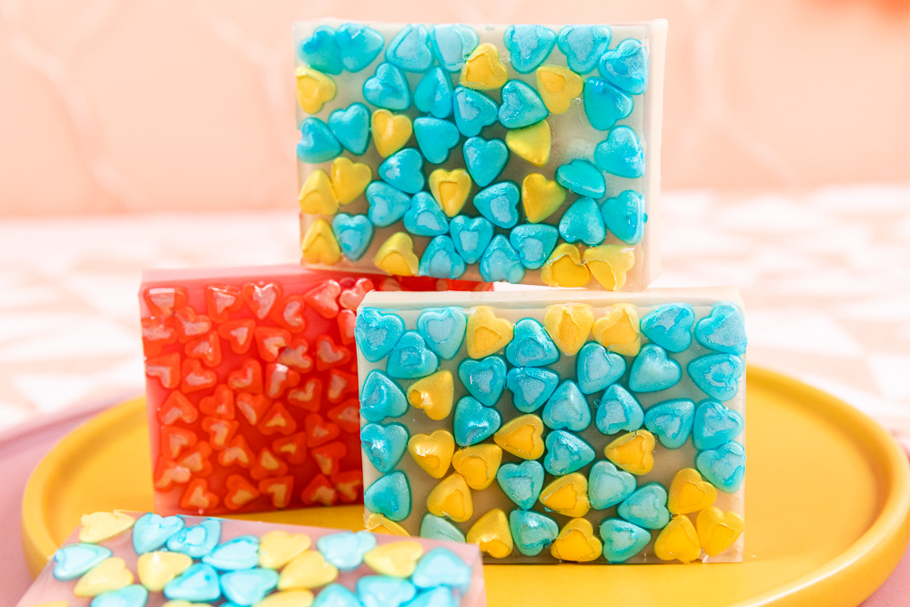 DIY Seife mit Herzen zum Valentinstag selber machen | Mit Schritt für Schritt Anleitung wie du Seife selber machen kannst und mit dieser Geschenkidee zum Valentinstag deine(n) Liebsten überraschen kannst.