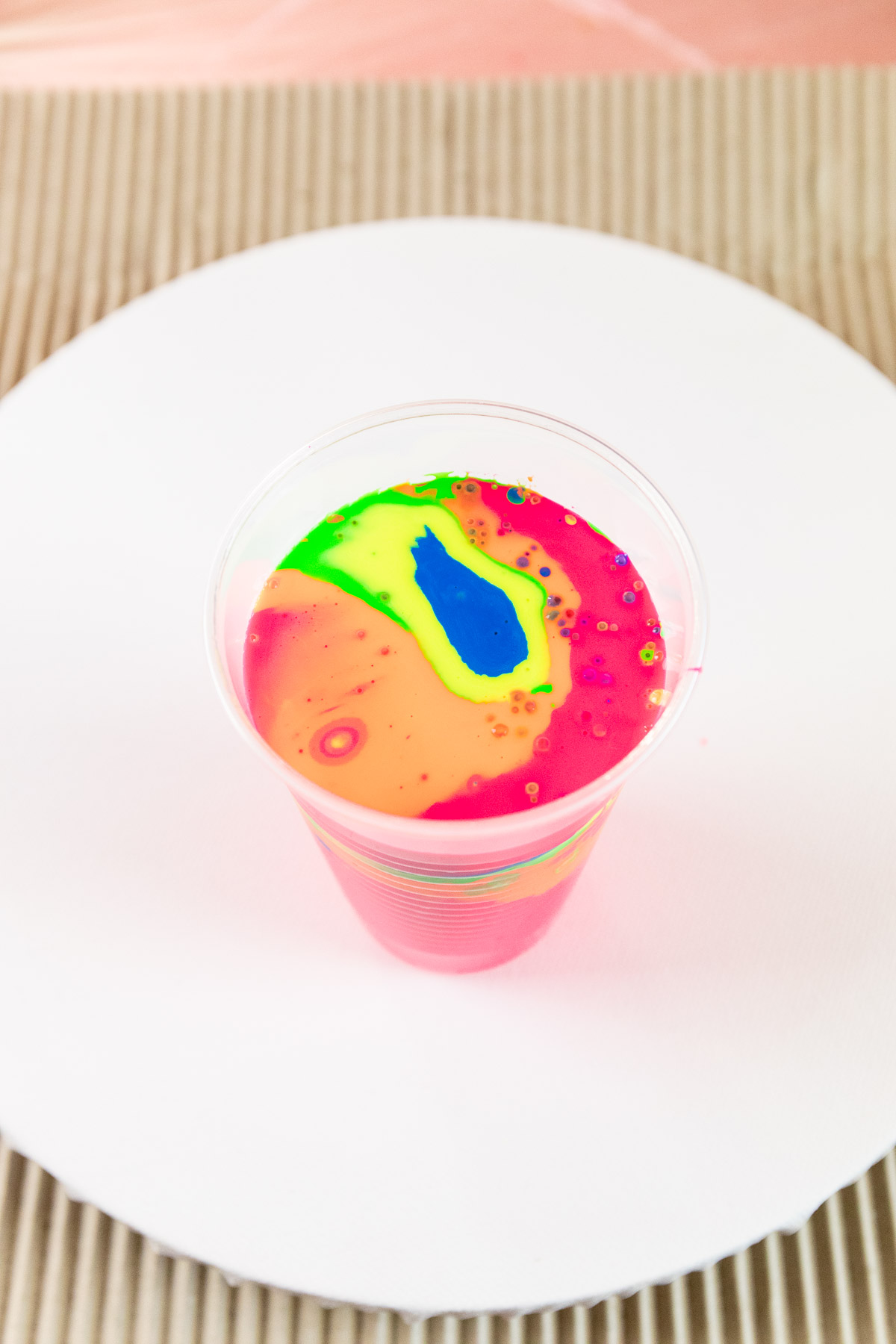 Acrylfarbe giessen - auch Acrylic Pouring genannt - ist der neue DIY Trend. Mit der neuen Fliesstechnik kannst du Acrylfarbe auf die Leinwand giessen statt malen. Ich habe Acrylgiessen ausprobiert und alle wichtigen Tipps und tricks für Anfänger zusammengestellt. So geht Pouring Schritt für Schritt erklärt.