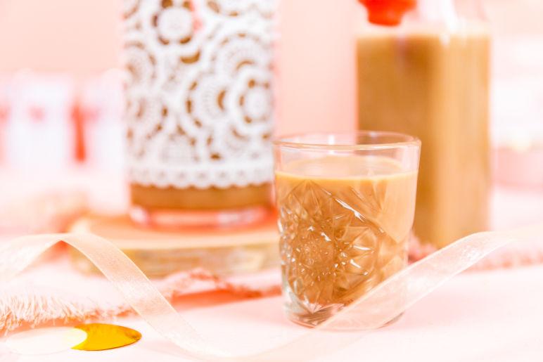 Wir lieben Baileys! Mit diesem Rezept kannst du den irischen Sahnelikör Baileys selber machen. Aus nur 7 Zutaten zauberst du den leckeren Baileys Likör und hast ein tolles Mitbringsel zur Party oder ein selbstgemachtes Geschenk aus der Küche.