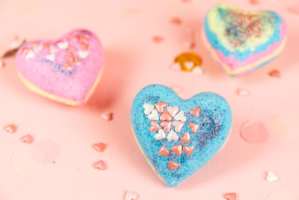 Badebomben lassen sich mit wenigen Zutaten ganz einfach selber machen. Wie das geht zeige dir in der Step bei Step DIY Anleitung für Herz Badebomben mit Glitzer und Zuckerherzen! Einfaches DIY Geschenk zum Valentinstag!