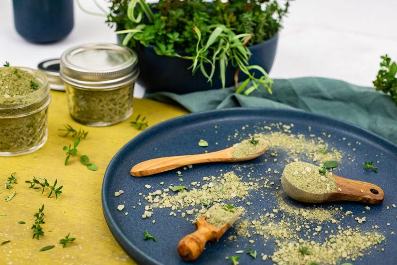Kräutersalz, Gewürzsalz und Blütensalz - 3 Geschenkideen aus der Küche. Kräuter und Blumen aus dem heimischen Garten lassen sich im Handumdrehen in würzige Salze verwandeln. Die Salze peppen nicht nur jedes Gericht auf sondern sind auch optisch ein absoluter Hingucker. Ich zeige dir drei Rezepte, wie du Gewürzsalze selber machen kannst.