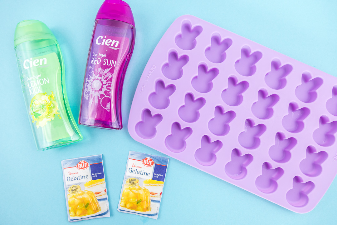 Süße Osterhasen Dusch Jelly als Geschenkidee zu Ostern. Mit diesen niedlichen Osterhasen Dusch Jellies macht die heiße Dusche gleich doppelt so viel Spaß. Wie einfach du dieses Dusch Jelly selber machen kannst, zeige ich dir im MrsBerry.de DIY Blog.