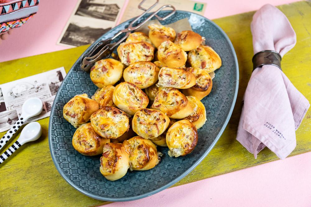 Schnelles Partyrezept - Pizzaschnecken mit Salami, Schinken und Käse. Die Pizzaschnecken sind schnell und einfach zubereitet. Die Schnecken machen sich gut auf jedem Party Buffet oder auch als Snack zwischendurch. Extra klein gerollt lassen sich die Pizzaschnecken hervorragend als Fingerfood essen. Das schnelle Party Rezept für Pizzaschnecken findest du im MrsBerry.de Blog.