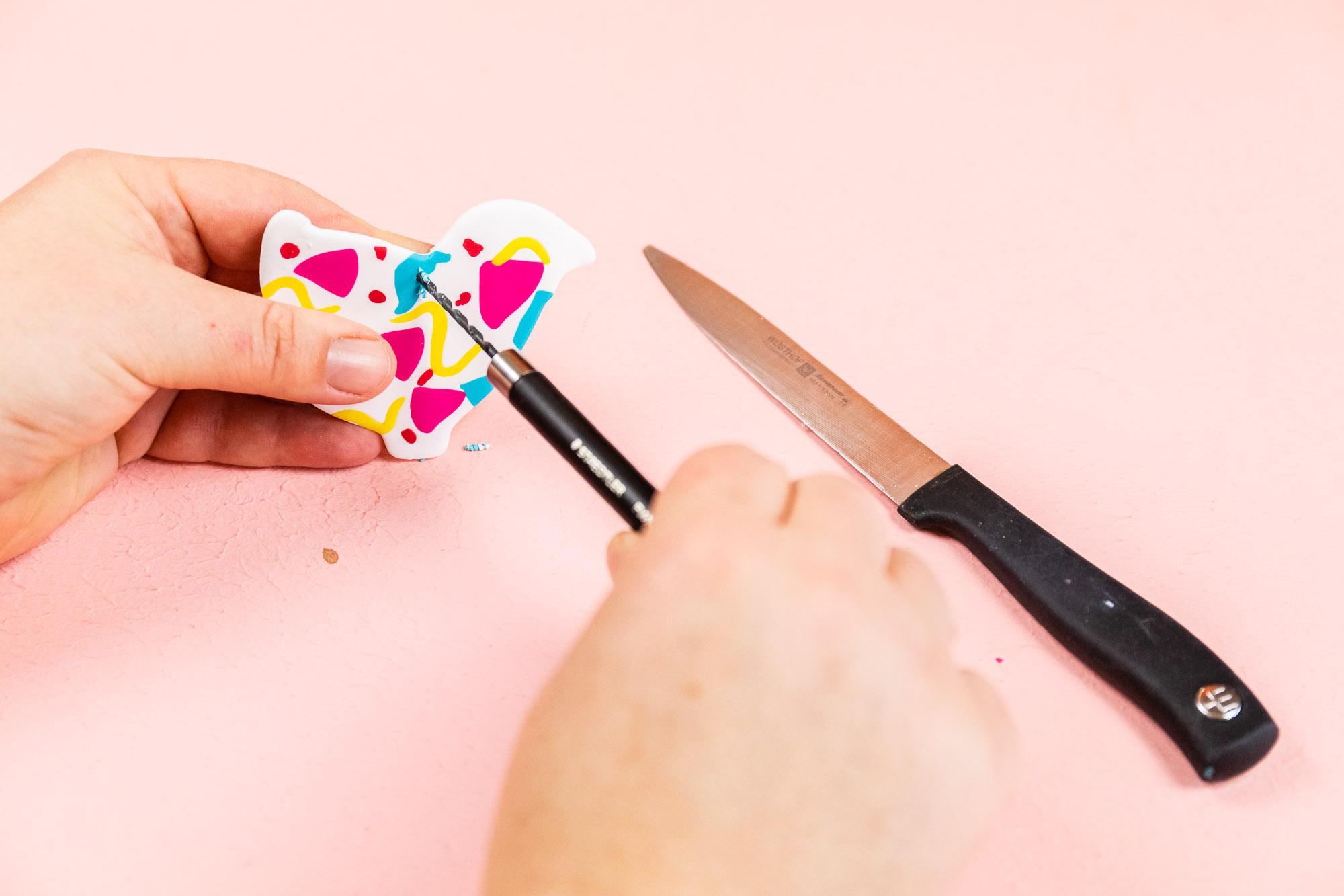 DIY Ostern - Wir basteln Osterdeko mit geographischem 80er Jahre Memphis Muster aus Fimo. Die hübsch gemusterten Fimo Osterhasen, Ostereier und Kücken kannst du einzeln an den Osterstrauch hängen oder zusammen als Mobile Wandschmuck kombinieren.