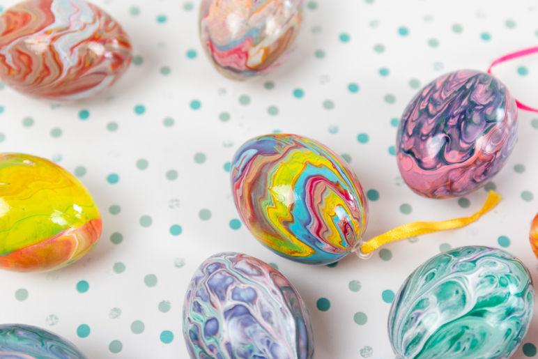 Acrylgießen - Ostereier mit Acrylic Pouring gestalten. Mit der Fließtechnik Acrylgießen kannst du wunderschöne Ostereier für deine Osterdekoration gestalten. Mit Schritt für Schritt Anleitung und Kurzvideo.