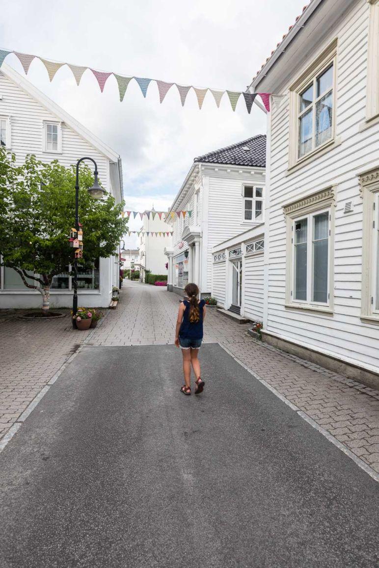 Südnorwegen: Tipps für den Familienurlaub an der Südküste Norwegens - atemberaubende Natur, tolle Wanderungen, einsame Inseln und viel Zeit als Familie. / Bummeln in Flekkefjord und Hollenderbyen – der Holländerstadt.