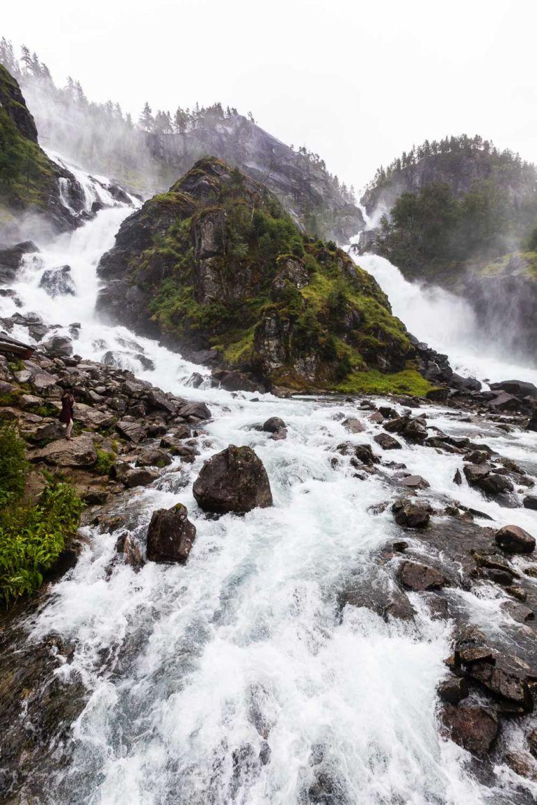 Skandinavien Roadtrip: Die Region Fjord Norwegen begeistert durch spektakuläre Fjorde, imposante Berge und tosende Wasserfälle. Ich habe euch Tipps für die schönsten Norwegischen Landschaftsrouten mit Stopps und Ausflugszielen an der Küste Fjord Norwegens zwischen Stavanger und Bergen mitgebracht. | Der imposante Zwillingswasserfall Låtefossen an der Norwegische Landschaftsroute Hardanger.