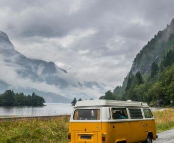 Skandinavien Roadtrip: Die Region Fjord Norwegen begeistert durch spektakuläre Fjorde, imposante Berge und tosende Wasserfälle. Ich habe euch Tipps für die schönsten Norwegischen Landschaftsrouten mit Stopps und Ausflugszielen an der Küste Fjord Norwegens zwischen Stavanger und Bergen mitgebracht. | Die Norwegische Landschaftsroute Hardanger bietet spektakuläre Aussichten auf die Fjorde.