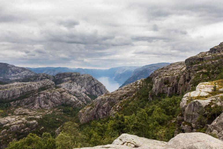 Skandinavien Roadtrip: Die Region Fjord Norwegen begeistert durch spektakuläre Fjorde, imposante Berge und tosende Wasserfälle. Ich habe euch Tipps für die schönsten Norwegischen Landschaftsrouten mit Stopps und Ausflugszielen an der Küste Fjord Norwegens zwischen Stavanger und Bergen mitgebracht. | Wanderung zum Preikestolen - mit spektakulärer Aussicht auf den Lysefjord.