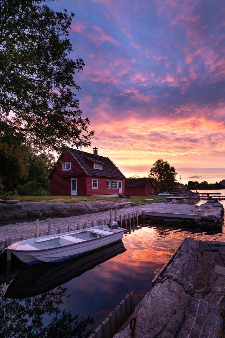 Urlaub in Norwegen - Familienurlaub im idyllischen Ferienhaus am Sørfjord: Ferienhaus in Garnes bei Bergen im stimmungsvollen Sonnenuntergang