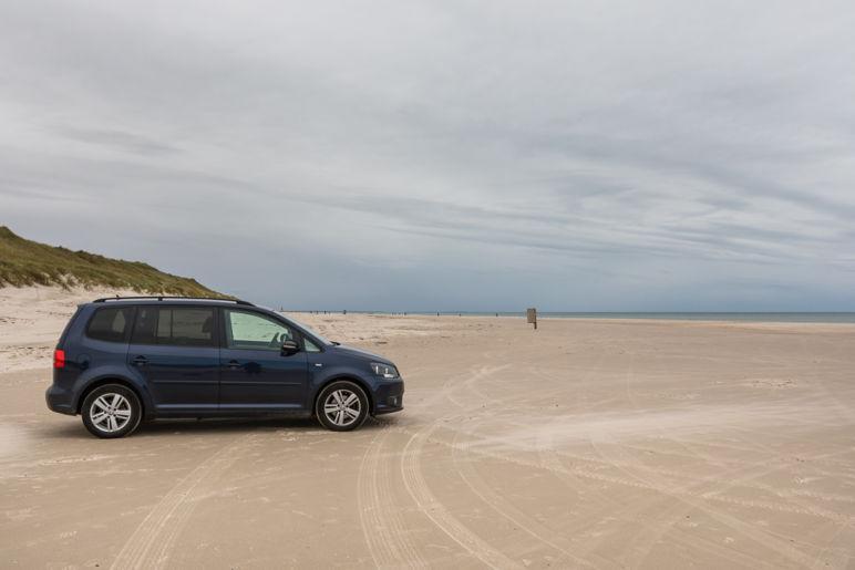 Skandinavien Roadtrip: Tipps zu unserer Rückreise von Norwegen nach Deutschland über Dänemark - Der breite Sandstrand in Løkken ist ein Autostrand und kann mit dem Auto befahren werden.