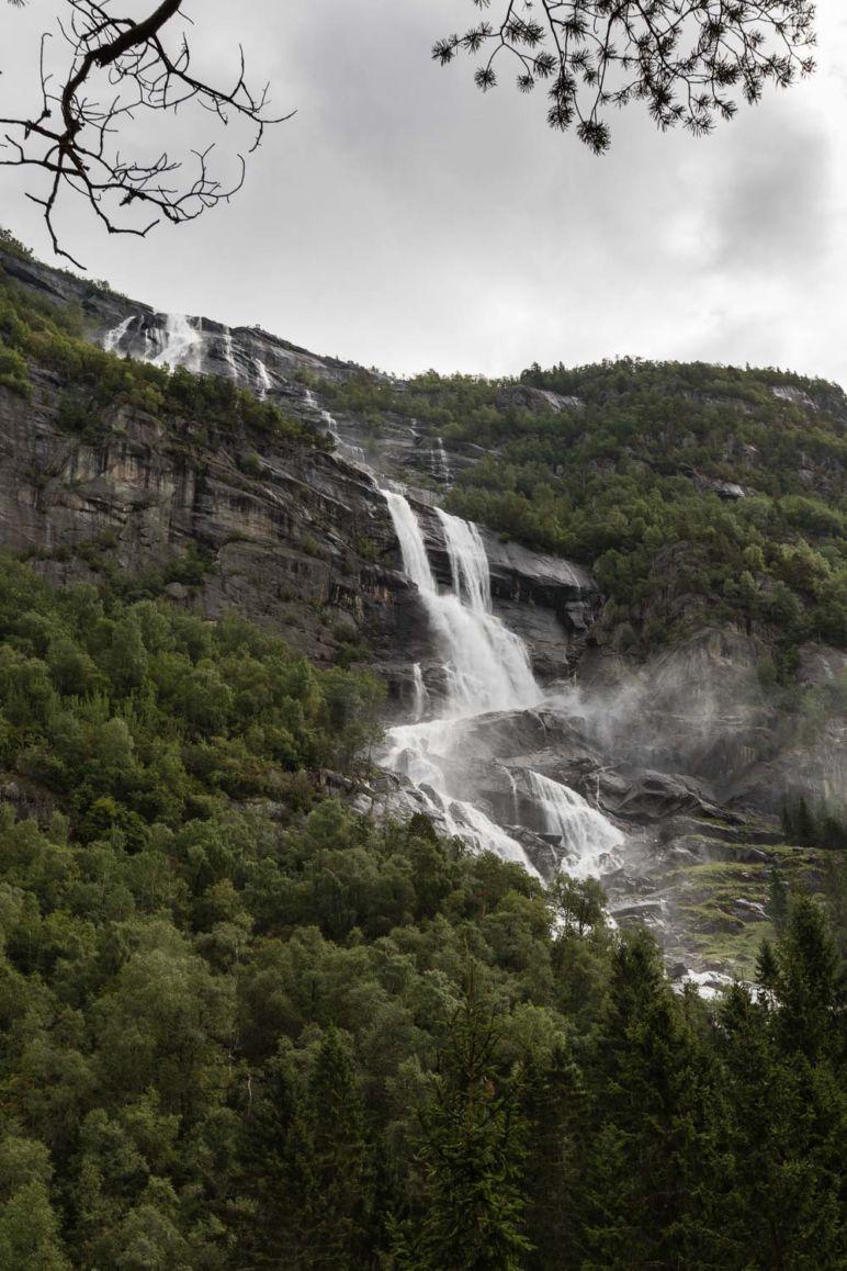 Skandinavien Roadtrip: Tipps zu unserer Rückreise von Norwegen nach Deutschland über Dänemark - Wasserfälle säumen den Weg durch Norwegen